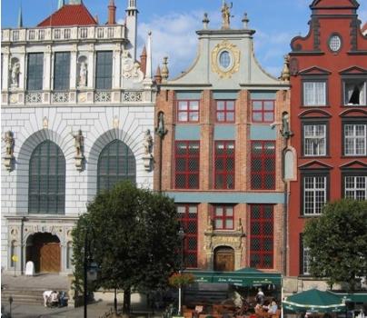 Okna drewniane - w 2005 roku dokonaliśmy rekonstrukcji okien drewnianych w zabytkowym budynku Sieni Gdańskiej, przy Długim Targu.